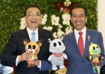 Presiden Joko Widodo (kanan) dan Perdana Menteri China Li Keqiang memegang maskot Asian Games 2018,  di Istana Kepresidenan Bogor, Senin (7/5/2018)./Reuters