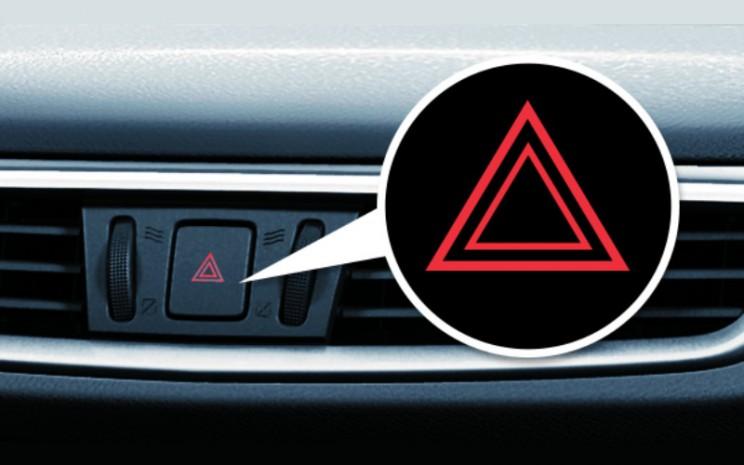 Lampu Hazard. Fungsi lampu hazard yang utama adalah sebagai isyarat peringatan bagi pengguna jalan lain bahwa kendaraan Anda berhenti karena keadaan darurat.  - Nissan
