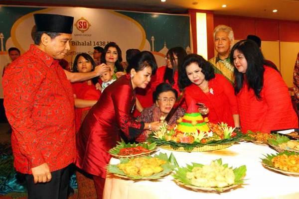 Vice Chairman & Senior Vice President Sahid Group Juliah Sukamdani (ketiga kanan), bersiap memotong tumpeng didampingi Presdir PT Hotel Sahid Jaya International Tbk. (HSJI) Haryadi B Sukamdani (dari kiri), Wakil Presdir Exacty B. Sryantoro, Wakil Komut Wiryanti S. Hardjoprakoso, Ketum Yayasan Sahid Jaya Nugroho B. Sukamdani, dan Wakil Ketua Harian Padepokan Sahid Wisata Gunung Menyan Sri Bimastuti H.P. Dewananda, saat Halal Bihalal 1438 H Keluarga Besar Sahid Group di Jakarta, Sabtu (8/7). - JIBI/Dwi Pras