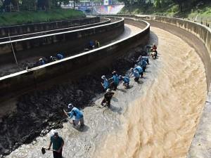 Antisipasi Banjir, Dam Jati Sungai Madiun di Jawa Timur Dilakukan Pengerukan Sedimen