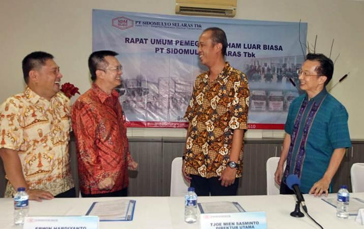 Direktur Utama PT Sidomulyo Selaras Tbk Tjoe Mien Sasminto (kedua kiri), berbincangdengan Direktur Erwin Hardiyanto (kiri), Komisaris Sri Hari Murti (kedua kanan), dan Komisaris Utama Sugiharto, usai rapat umum pemegang saham dan luar biasa perseroan, di Jakarta, Selasa (26/2/2019). - Bisnis/Endang Muchtar