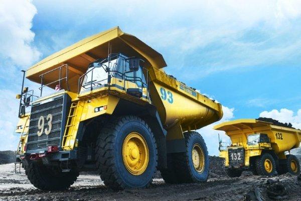 Sebuah trailer sedang mengangkut lapisan tanah di area pertambangan PT Golden Energy Mines Tbk. - goldenenergymines.com
