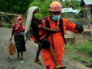 Warga Yang Tinggal di Kawasan Rawan Bencana Erupsi Gunung Ili Lewotolok Mulai Dievakuasi