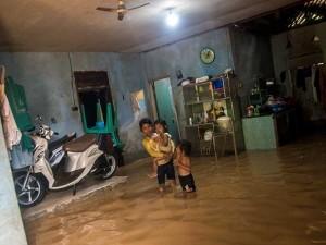 Sungai Cimoyan Meluap, Sebagian RUmah Warga di Lebak Terendam Banjir