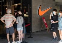 Konsumen mengantre di luar sebuah gerai Nike di Beijing, China, Minggu (20/10/2020)./Bloomberg-Yan Cong
