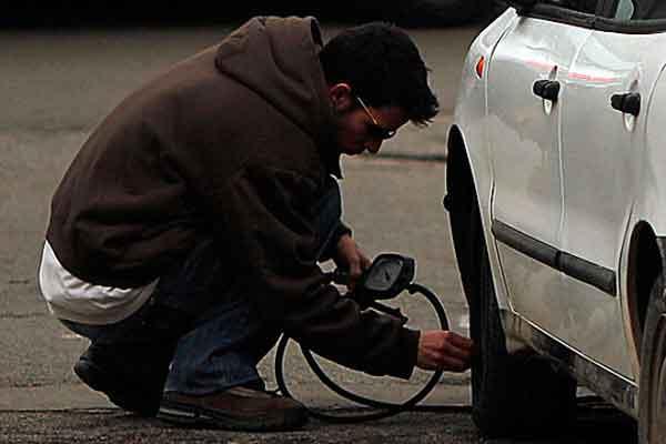 Mengecek tekanan udara pada ban mobil. Secara komposisi, angin biasa mengandung 78 persen nitrogen dan 21 persen oksigen. Adapun, nitrogen murni mengandung 95 persen nitrogen dan 5 persen oksigen.  - Reuters