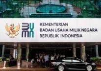 Logo baru Kementerian Badan Usaha Milik Negara (BUMN) terpasang di Gedung Kementerian BUMN, Jakarta, Kamis (2/7/2020)./ANTARA FOTO-Aprillio Akbar\\r\\n