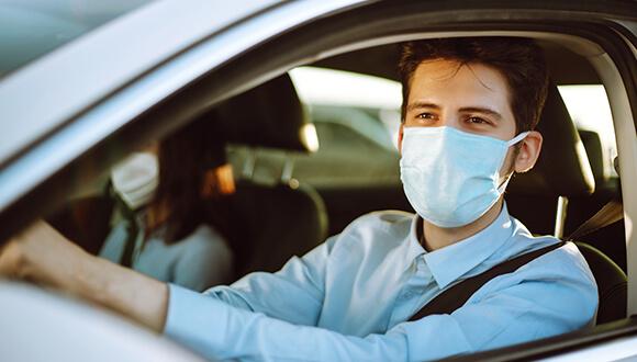 Pengendara mobil menggunakan masker saat berada di dalam mobil. - Blue Drop Services UK.