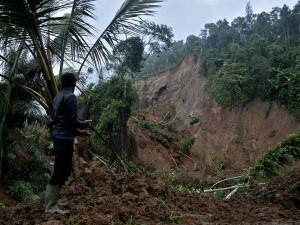 Tingginya Curah Hujan, Membuat Kawasan Tebing Gunung Pipiti di Garut Longsor