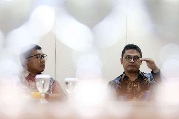 Vice President Director Protelindo Adam Gifari (kanan) bersama Director Indra Gunawan menjelaskan tentang kinerja perusahaannya saat berkunjung ke kantor Redaksi Harian Bisnis Indonesia, di Jakarta, Rabu (24/1). Protelindo adalah anak usaha PT Sarana Menara Nusantara Tbk.  - JIBI/Abdullah Azzam