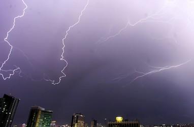 Cuaca Jakarta 8 Desember, Hujan dan Kilat di Jakarta Selatan