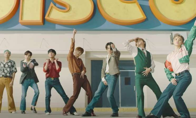 BTS masuk dalam 10 besar tangga lagu Billboard radio.