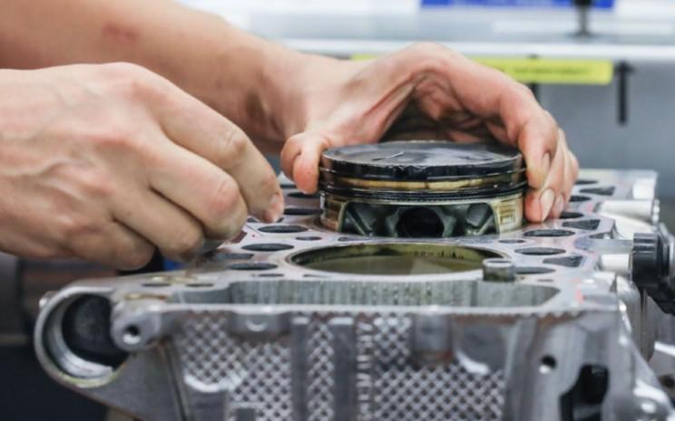 Mesin mobil. Masalah arus logistik membuat pabrikan menghadapi kelangkaan material.  - Porsche