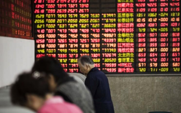Salah satu layar perdagangan di bursa saham China. - Bloomberg