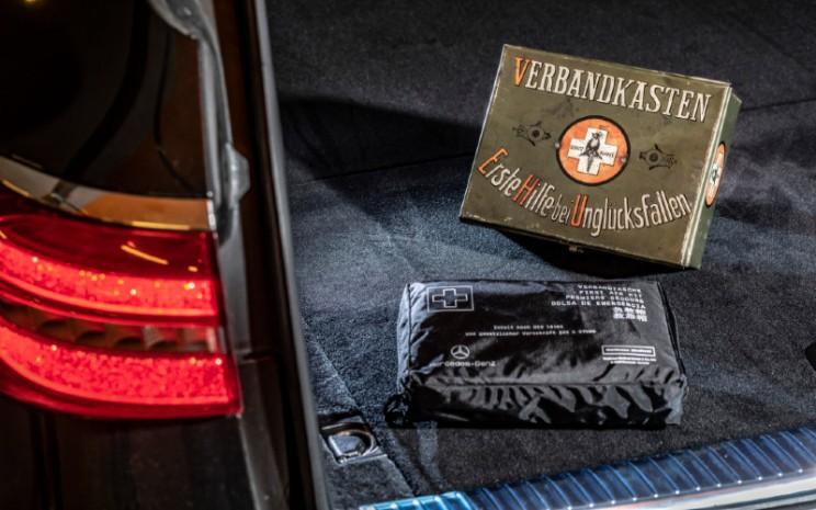 Kotak P3K dalam kemasan kotak dan kantong diperkenalkan pada 1920.  - MERCEDES BENZ