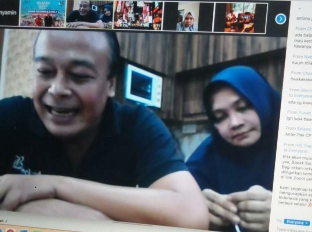 Ketua Panitia HUT ke-35 Bisnis Indonesia Chamdan Purwoko didampingi istri. Dia mengharapkan agar acara virtual cooking bisa memberi inspirasi bagi para karyawan Bisnis Indonesia. - istimewa