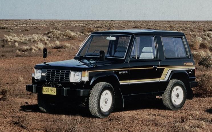 Awalnya Pajero ini hadir dengan versi bodi pendek dengan 3 pintu dan beratap kanvas serta metal. Baru pada 1983, lahir Pajero berbodi panjang dan diterima dengan baik oleh konsumen Mitsubishi.  - MItSUBISHI