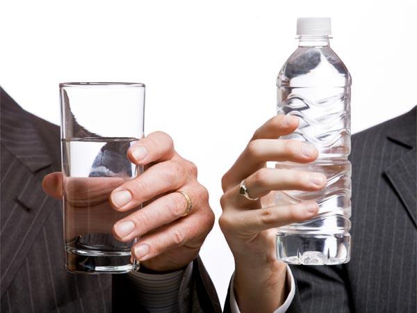 Minum air putih dengan benar, bisa memberikan banyak manfaat bagi kesehatan tubuh. - boldsky.com