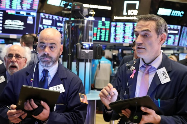 Trader di lantai bursa New York Stock Exchange (NYSE) di New York, AS pada 3 Mei 2019./ REUTERS - Brendan McDermid