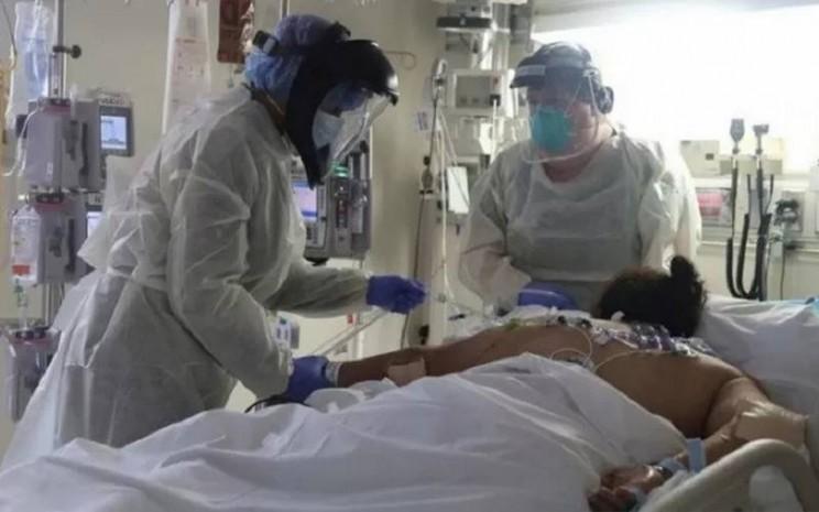 Petugas medis merawat pasien yang terinfeksi Virus Corona di Unit Perawatan Intensif (ICU) Rumah Sakit Scripps Mercy, di Chula Vista, California, Amerika Serikat, Selasa (12/5/2020). - Antara/Reuters