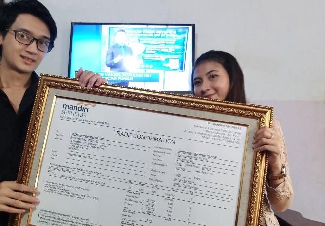 Rico Bayu Wiranata memberikan kado saham kepada kekasihnya. Pemberian produk investasi saham menjadi cara Rico untuk memperkenalkan investasi saham kepada pasangannya. - istimewa