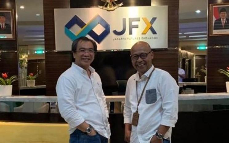 Dari kiri: Stephanus Paulus Lumintang, Direktur Utama PT Bursa Berjangka Jakarta  -  Jakarta Futures Exchange (JFX), dan Fajar Wibhiyadi, Direktur Utama PT Kliring Berjangka Indonesia (Persero).