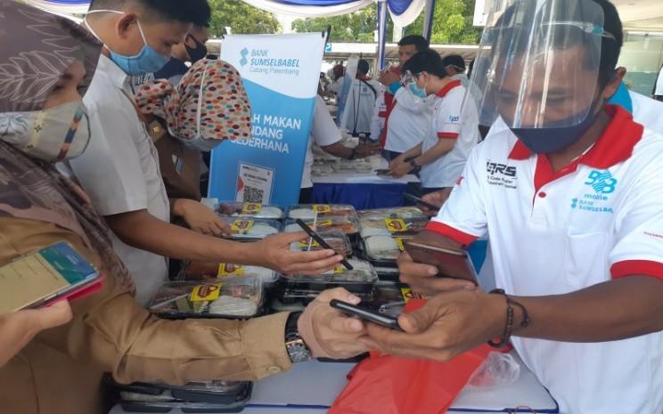 ASN di Kantor Pemerintah Kota Palembang melakukan pembayaran melalui QRIS Bank Sumsel Babel saat Festival Kuliner QRIS beberapa waktu lalu. Bisnis - Dinda Wulandari.