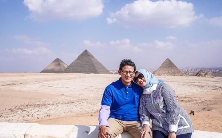 Sandiaga Uno dan istrinya berpose dengan latar belakang piramida.  - Twitter @Sandiagauno