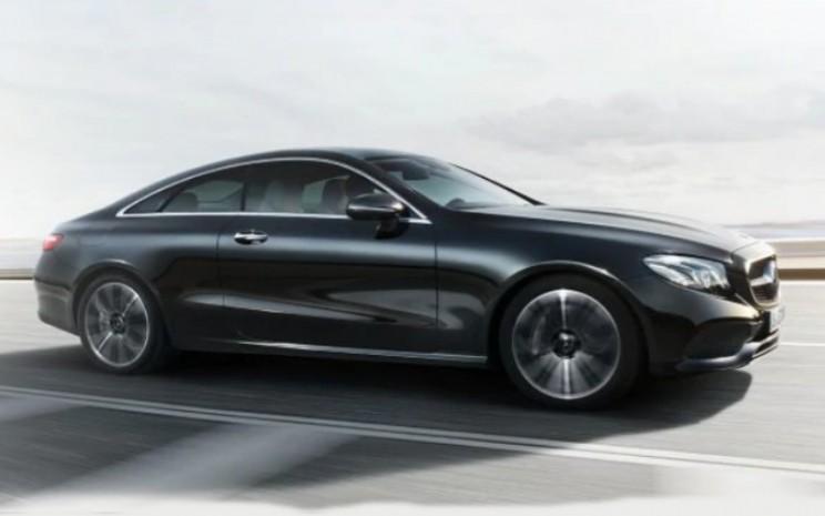 Mercedes Benz E Class Coupe. Mobil ini memiliki mesin berkapasitas silinder 2.000cc dengan kecepatan maksimum 240 km/jam.   - Mercedes Benz