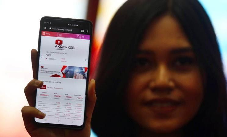 Karyawan menunjukkan aplikasi saat peluncuran fasilitas AKSes (Acuan Kepemilikan Sekuritas) generasi terbaru atau AKSes Next Generation (AKSes Next-G) di Bursa Efek Indonesia, Jakarta, Senin (20/5/2019). - Bisnis/Abdullah Azzam
