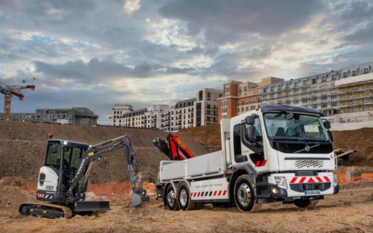 Truk Volvo FE elektrik dengan derek bertenaga listrik, dan eksavator kompak Volvo ECR25 Electric tersebut akan mendukung strategi rendah karbon Eiffage.  - Volvo