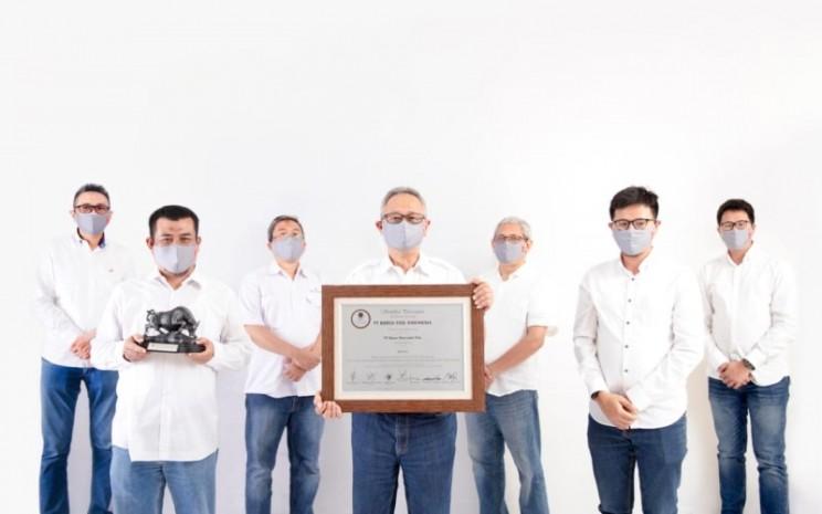 Direksi PT Djasa Ubersakti Tbk. berfoto bersama setelah mencatakan saham dengan kode PTDU di Bursa Efek Indonesia pada Senin (8/12/2020). - BEI