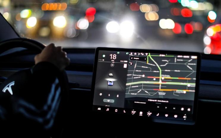 Pengendaraan otomatis pada kendaraan listrik Tesla Model 3. Mobil Tesla yang diproduksi setelah 1 September 2019 telah memiliki pengeras suara built/in. / REUTERS