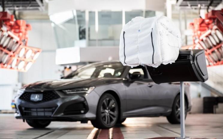 Kantong udara Acura. Dibandingkan dengan satu ruang tiup dari sistem airbag konvensional, kantung udara ini terdiri dari empat komponen utama.  - Honda