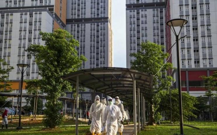 Sejumlah petugas tenaga kesehatan bersiap untuk didekontaminasi usai bertugas di Rumah Sakit Darurat Covid-19 Wisma Atlet Kemayoran di Jakarta, Kamis (12/11/2020). - Antara