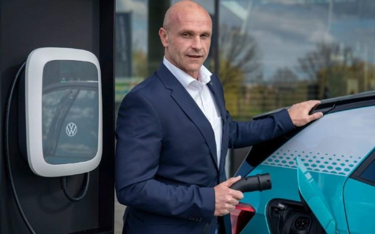 Volkswagen's E-mobility Board Member Thomas Ulbrich menunjukkan Volkswagen ID. Charger   - Volkswagen
