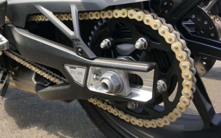 Ilustrasi Rantai Sepeda Motor. Cara membersihkan rantai motor dapat dilakukan dengan menggunakan bahan yang aman.  - BMW