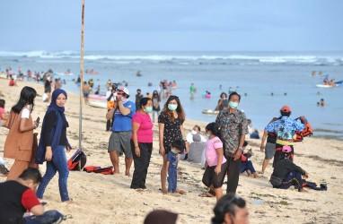 Desa Adat Diminta Pantau Wisatawan Berlibur di Pantai
