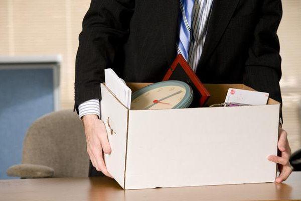 Saat rekan kerja resign, maka Anda bisa tetap menjalin komunikasi dengannya, melalui media sosial./Ilustrasi - Chron