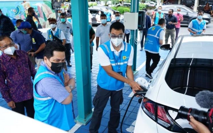 Menteri BUMN Erick Thohir sedang memantau pengisian tenaga mobil listrik - istimewa