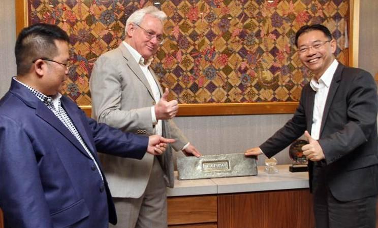 Presiden Direktur Indonesia Clearing House (ICH) Nursalam (dari kiri) bersama Dirut Indonesia Commodity & Derivative Exchange (ICDX) Lamon Rutten, dan Presdir PT ICDX Logistik Berikat Petrus Tjandra memperlihatkan timah batangan, di Jakarta, Senin (4/3/2019). - Bisnis/Endang Muchtar