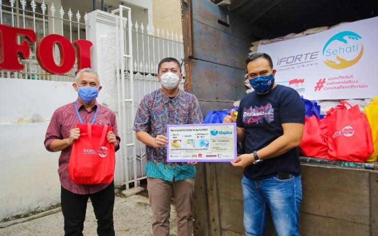 PT iForte Solusi Infotek, anak usaha PT Sarana Menara Nusantara Tbk. (TOWR), menyerahkan bantuan 500 paket sembako kepada program BagiAsa