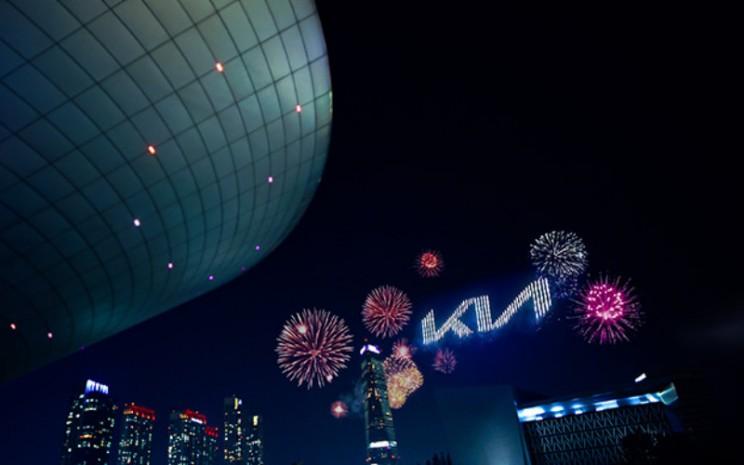 Logo Kia. Logo baru ini diresmikan melalui pertunjukan kembang api yang memecahkan rekor di langit Incheon, Korea. Dalam acara tersebut, 303 pirrodron meluncurkan ratusan kembang api yang merayakan awal baru Kia.   - Kia Motors