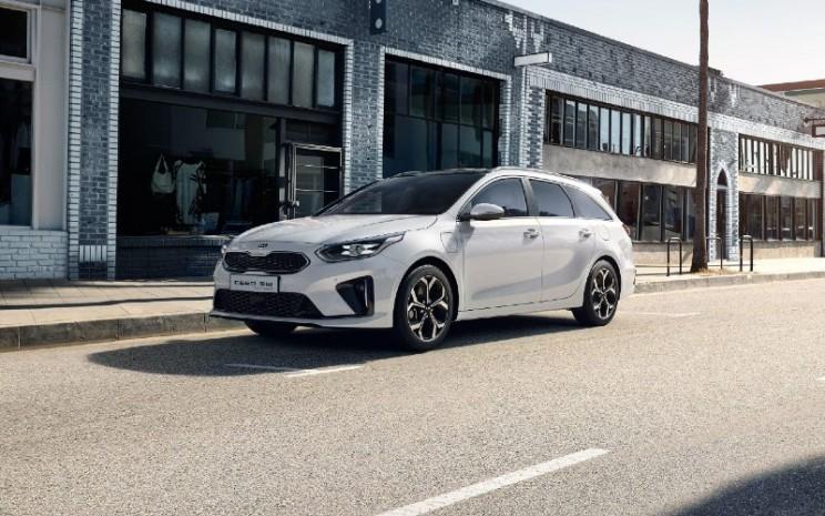 Kia Ceed Sportswagon PHEV. Kendaraan ramah lingkungan menjadi inti dari strategi Kia untuk mengurangi emisi seluruh armada dan menawarkan produk baru yang disukai pasar.   - Kia