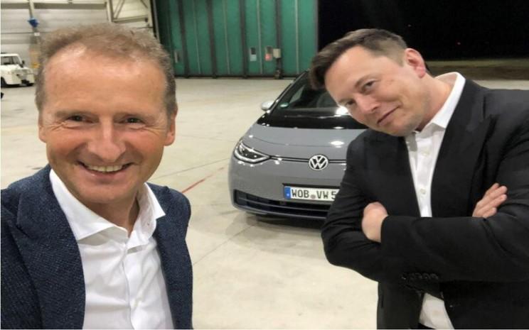 CEO Volkswagen AG Herbert Diess dan CEO Tesla Motors berswafoto dalam pertemuan keduanya minggu lalu (3/9/2020) di Jerman. Proporsi pemilik mobil yang membayangkan mengendarai mobil serba listrik di masa depan telah meningkat di sebagian besar negara.  - LinkedIn Herbert Diess.