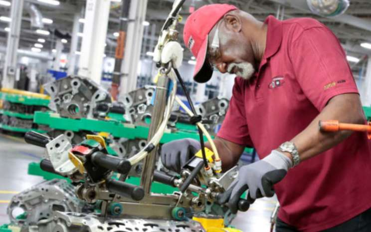 Seorang pekerja perakitan General Motors bekerja pada perakitan mesin V6, yang digunakan dalam berbagai mobil GM, truk dan crossover, di pabrik GM Romulus Powertrain di Romulus, Michigan, 21 Agustus 2019.  - REUTERS