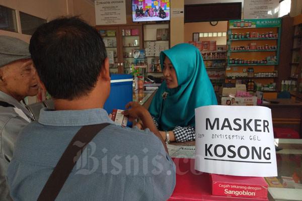 Pemberitahuan stok masker dan cairan antiseptik habis di salah satu apotek di Kapanewon Wates, Kulonprogo pada Selasa (3/3/2020).  - Harian Jogja/Lajeng Padmaratri