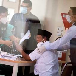 Wakil Gubernur Jabar Uu Ruzhanul Ulum Didampingi Ridwan Kamil Saat Suntik Vaksin Covid-19