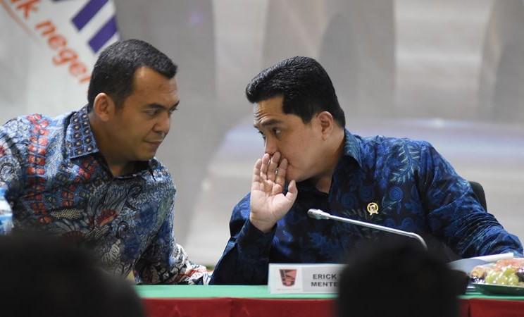 Menteri BUMN Erick Thohir (kanan) berbincang dengan Direktur Utama PT Krakatau Steel (Persero) Tbk Silmy Karim (kiri) saat Public Expose Krakatau Steel 2020 di Kantor Kementerian BUMN, Jakarta, Selasa (28/1/2020). - ANTARA / Indrianto Eko Suwarso
