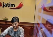 Kegiatan di salah satu kantor cabang Bank Jatim./ANTARA FOTO-Rosa Panggabean